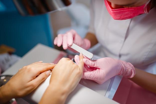 Cosmetologiesalon, manicure, nagelpolijstprocedure.