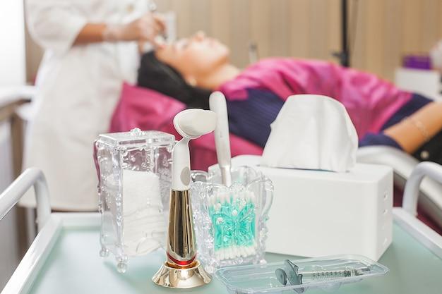 Cosmetologische tools achtergrond. sluit nog steeds van wattenschijfjes, wattenstaafjes en servetten in de cosmetologiekliniek