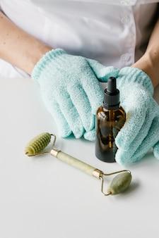 Cosmetologist die cosmetische producten houdt.