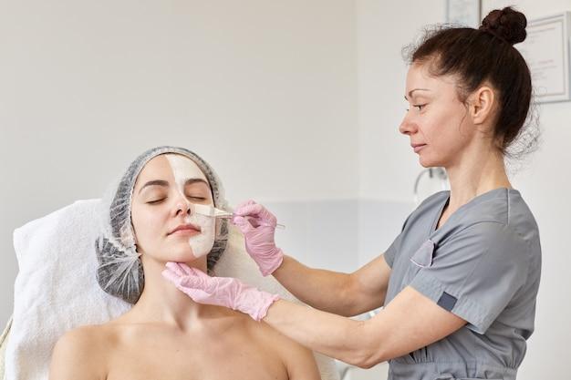 Cosmetologist maakt procedure voor het reinigen en hydrateren van de huid