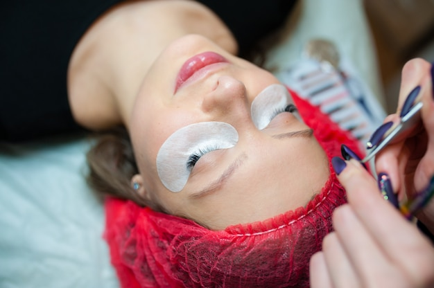 Cosmetologist maakt schoonheidsbehandeling