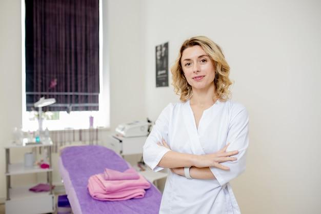 Cosmetologist, portret van een schoonheidsspecialist arts op de achtergrond van het kantoor
