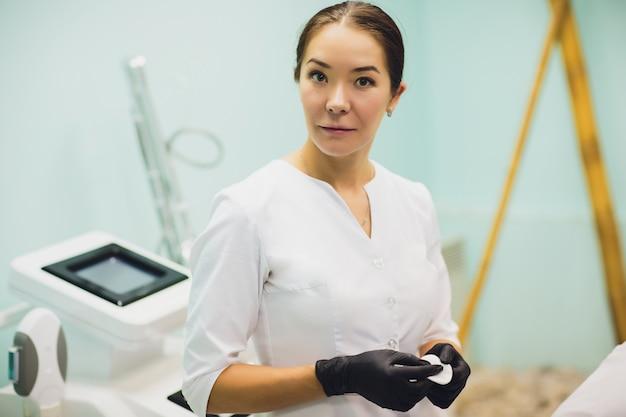 Cosmetologist, portret van een schoonheidsspecialist arts op de achtergrond van het kantoor.