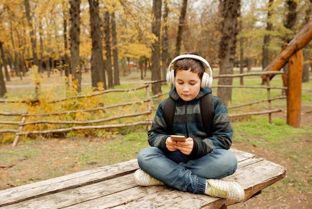 Cote boy die lokaal reist met behulp van kaart op tablet voor navigatie