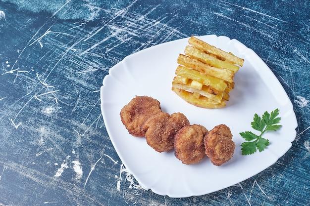 Cotlets met gebakken aardappelen.