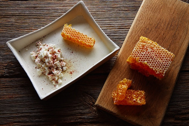 Cottage cheese curd met honey honeycomb