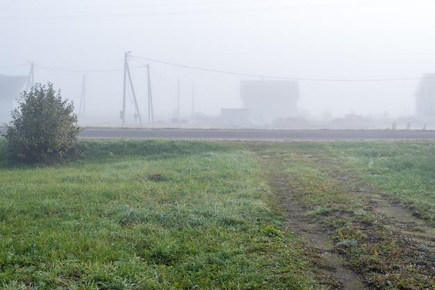 Cottage dorp in de ochtend in de mist