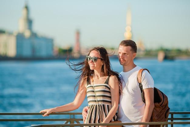 Coulpe aan de zomer waterkant in sint-petersburg