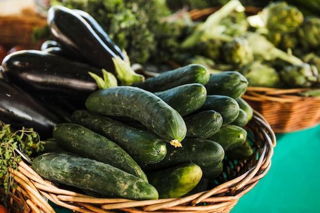 Courgette en aubergine in rieten mand voor verkoop in supermarkt