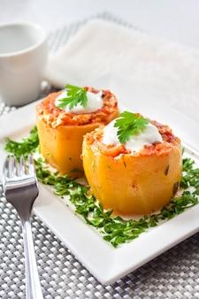 Courgette gevuld met vlees en groenten, gestoofd in tomatensaus
