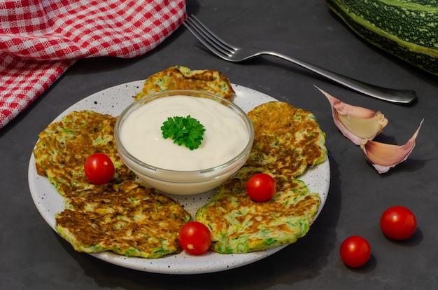 Courgettepannenkoekjes met yoghurtsaus. ingrediënten voor het koken