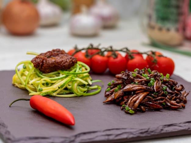 Courgettespaghetti met gedroogde en gedroogde tomaten