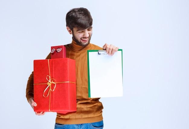 Courier leverde rode geschenkdozen en vroeg om handtekening.