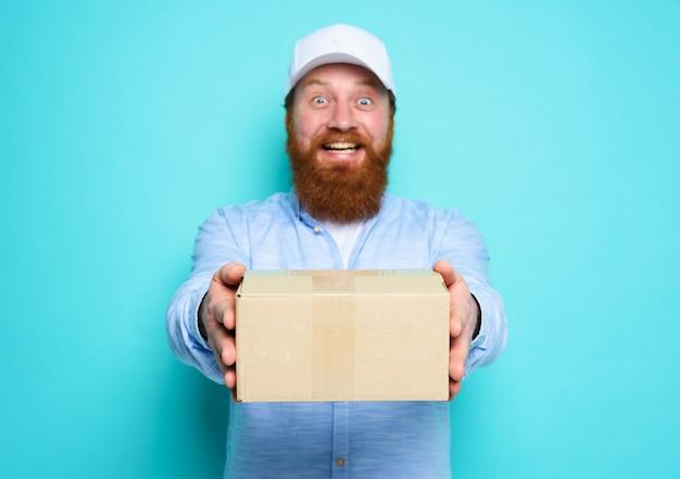 Courier levert graag een kartonnen doos op cyaan