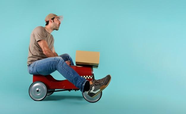 Courier rijdt snel met een speelgoedauto. concept van snelle en expreslevering op cyaan
