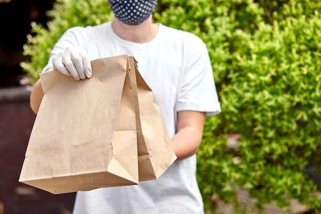 Courierin wit hold go box eten, bezorgservice, afhaalrestaurants eten bezorgen aan huisdeur.