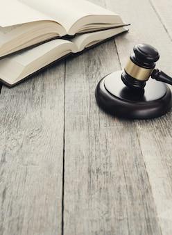 Court hammer en boeken. oordeel en recht concept