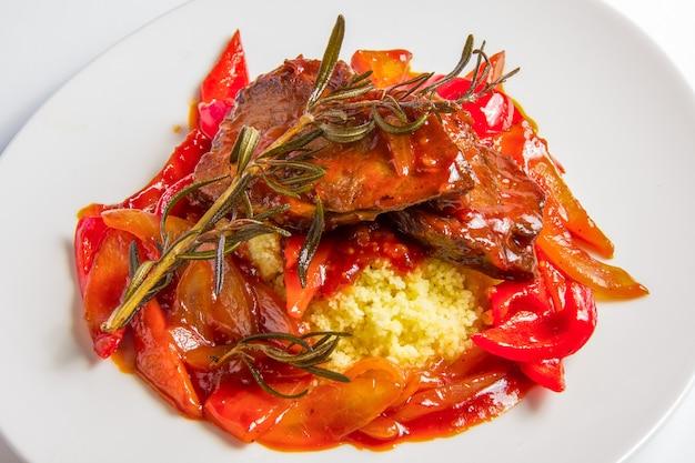 Couscous met lamsvlees in zoetzure tomatensaus.