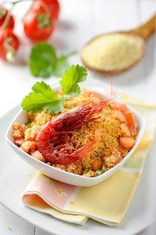 Couscous met zeevruchten in een kom