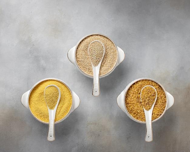 Couscous, quinoa, bulgur vegetarisch voedsel plaats voor tekst grijs betonnen oppervlak, bovenaanzicht