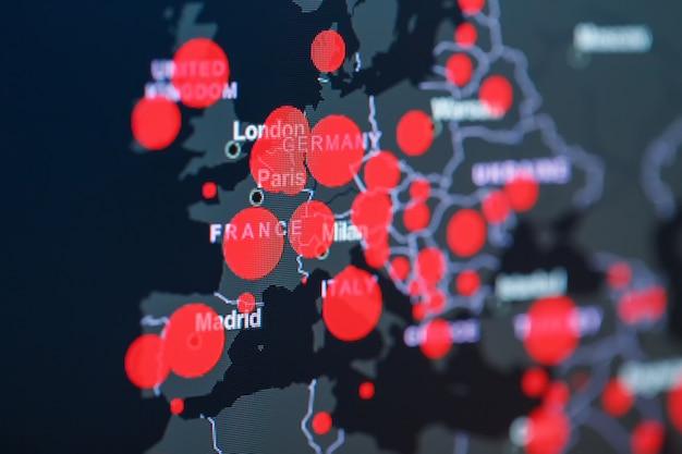 Covid-19 coronavirus pandemie op de kaart van europa met rode stippen van infectiecentra.