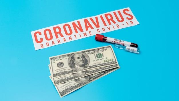 Covid 19 coronavirus-vaccin, geïnfecteerd bloedmonster in de monsterbuis, vaccin en injectiespuit het wordt gebruikt voor preventie, immunisatie en behandeling van covid-19 op amerikaanse dollars, geneesmiddelenbedrijf