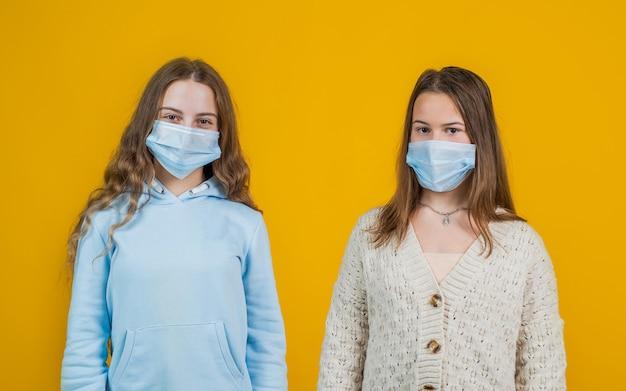 Covid-19 en gezondheidszorg. meisjes met een medisch masker voor ademhalingsapparatuur. patiënten in veiligheidsitem. hygiëne op coronavirus pandemie. epidemische uitbraak quarantaine. lockdown. contact met elkaar vermijden.