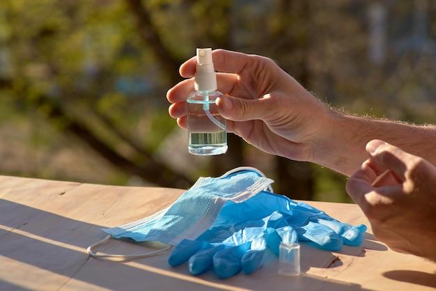 Covid-19, ncov 2019 of corona virus 2019: virusveiligheid, behandeling beschermende en preventieve noodhulp persoonlijke hygiënepakket hygiëneproducten: gezichtsmasker, hygiënische handschoenen