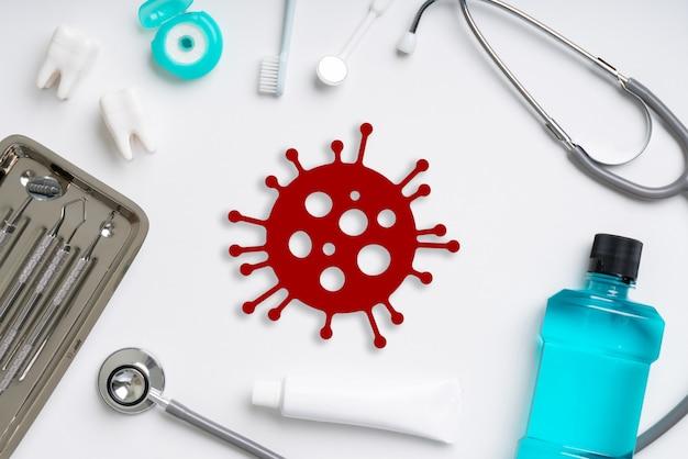 Covid 19 of corona-viruspictogram op bovenaanzicht van medische apparatuur