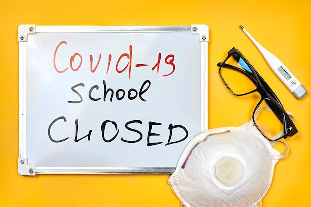 Covid 19, school gesloten op felgele achtergrond