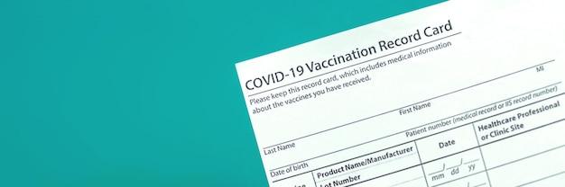 Covid-19 vaccinatiekaart close-up banner, kopieer ruimtefoto