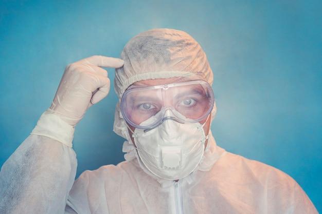 Covid-19, viruspreventie, gezondheidswerkers, vaccinatieconcept. close-up van gekke verontwaardigde arts in witte jas. denk met je hoofd.