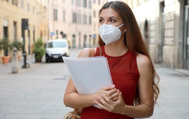 Covid-19 wereldwijde economische crisis werkloos bezorgd meisje draagt een masker