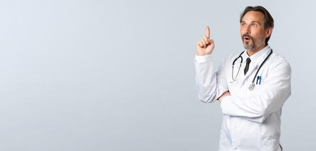 Covid coronavirus uitbraak gezondheidswerkers en pandemisch concept opgewonden arts in witte jas gemaakt...