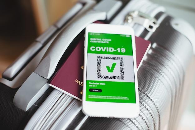 Covid digitaal certificaat. gezondheid digitale paspoort-app op mobiele telefoon