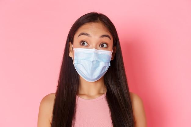 Covid pandemie coronavirus en social distancing concept close-up van nieuwsgierige en verraste aantrekkelijke...