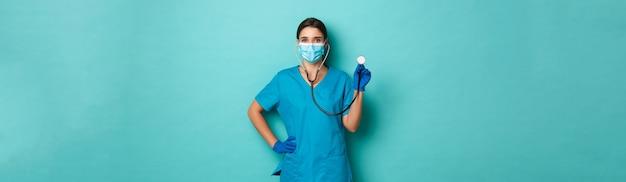 Covid pandemie en geneeskunde concept mooie vrouwelijke arts in medische maskerhandschoenen en scrubs checki...