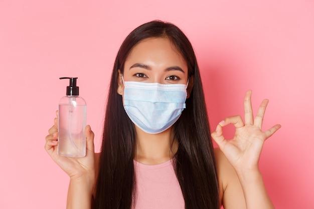 Covid pandemisch coronavirus en sociaal afstandsconcept close-up van zelfverzekerd lachend aziatisch meisje en...