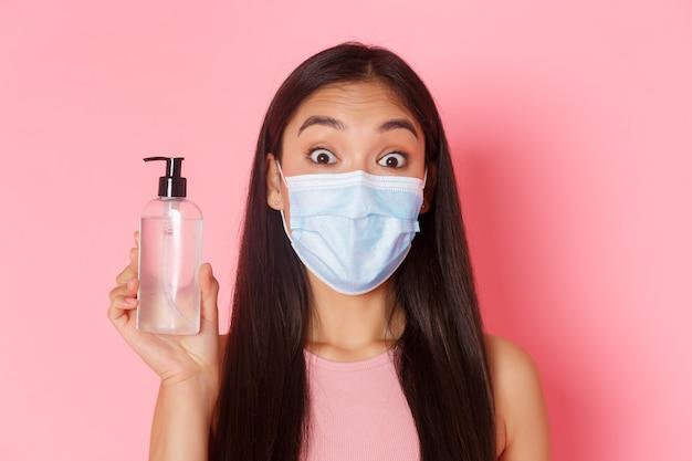 Covid pandemisch coronavirus en sociaal afstandsconcept geamuseerd aziatisch meisje met medisch masker vond gr...