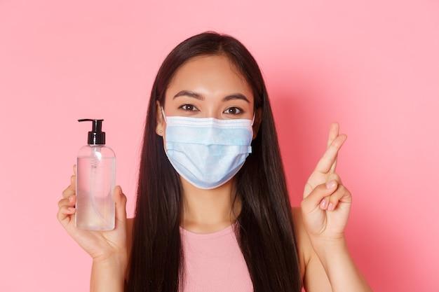 Covid pandemische coronavirus en sociale afstand concept close-up van schattige aziatische meisjes toeristische reizen o...