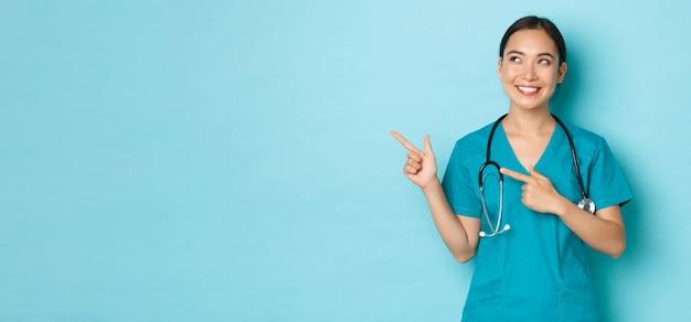 Covid sociale afstand en coronavirus pandemie concept vrolijk lachende aziatische vrouwelijke verpleegster arts ...