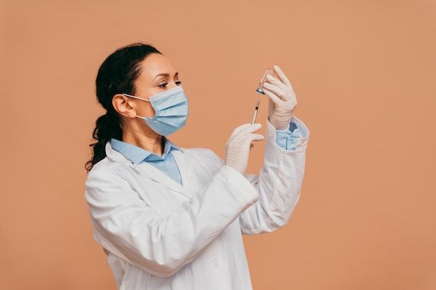 Covid19 coronavirus-vaccinatiecampagne in een kliniek mensen worden ingeënt door arts en verpleegkundige om uitbraak van coronavirus in een vaccinatiepunt te voorkomen