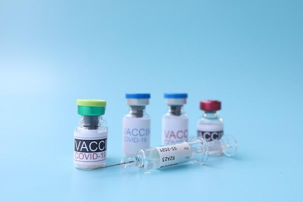 Covid19-vaccins tegen de blauwe achtergrond