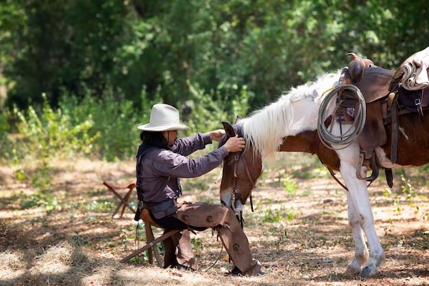 Cowboy en paarden in het veld