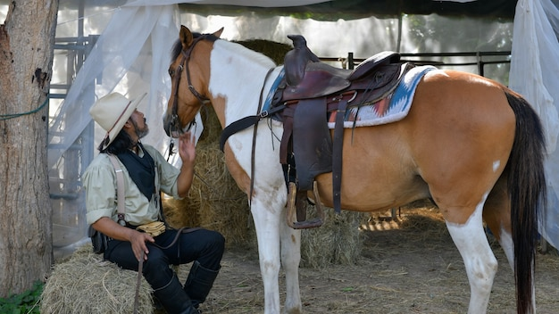 Cowboy man en zijn paard op de boerderij