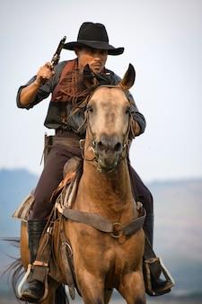 Cowboy man rijden paard schieten