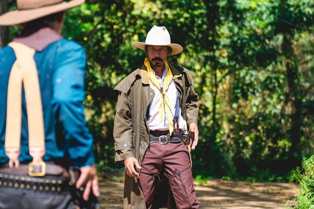Cowboy met pistool bereidt zich voor op vuurgevecht.