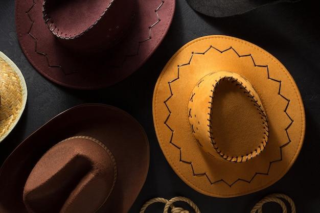 Cowboyhoed op zwarte houten achtergrond