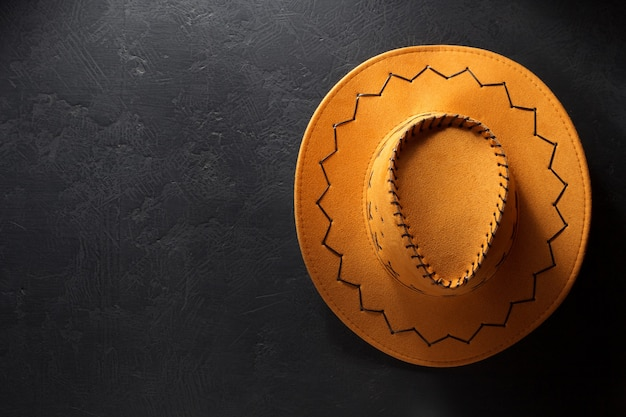 Cowboyhoed op zwarte textuur als achtergrond