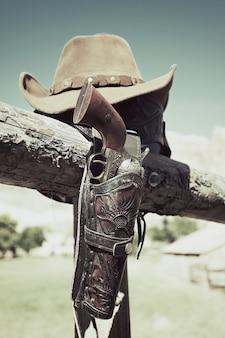 Cowboypistool en hoed buiten onder zonlicht